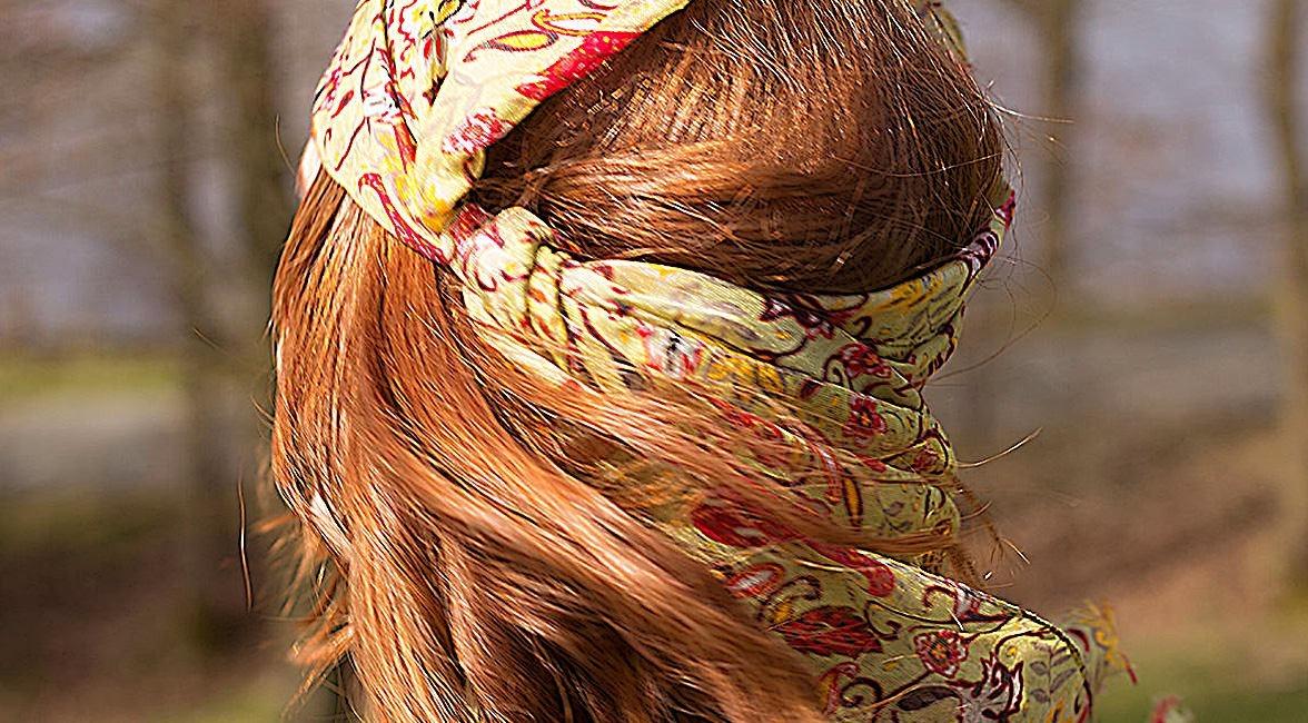 Eine Frau trägt einen Sommerschal als Kopfschmuck